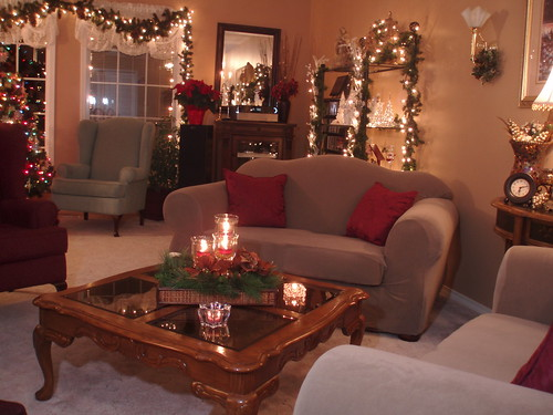 Dining delight christmas decor living room for Xmas living room ideas