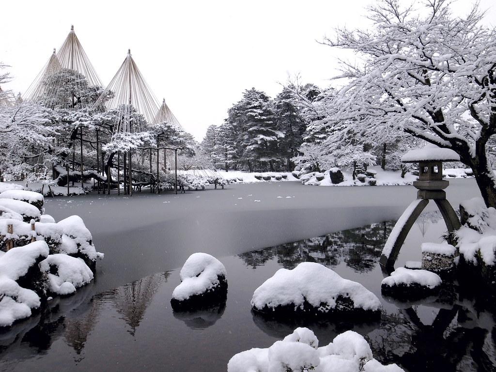 Snowy Kenroku-en park