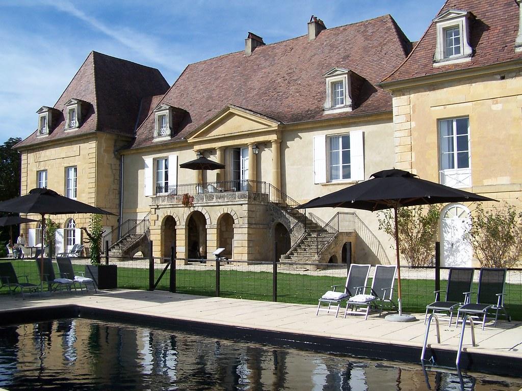 Château les Merles et piscine au liner noir | La piscine au … | Flickr