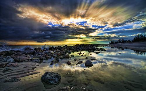 reflection beach sunrise rocks malaysia rol sunray terengganu rayoflight tokjembal