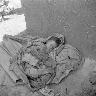 Baby in vluchtelingenkamp / Sleeping child in refugee camp