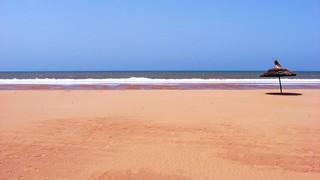 Sandy beach görüntü. ocean africa sea travelling beach lines umbrella sand waves northafrica widescreen tide atlantic exotic morocco shore parasol 169 atlanticocean 2009 essaouira sidi travelphotography northatlanticocean sidikaouki kaouki exoticview 169clue