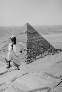 Image of Pyramid of Khufu near Muḩāfaz̧at al Jīzah. khufu khafre