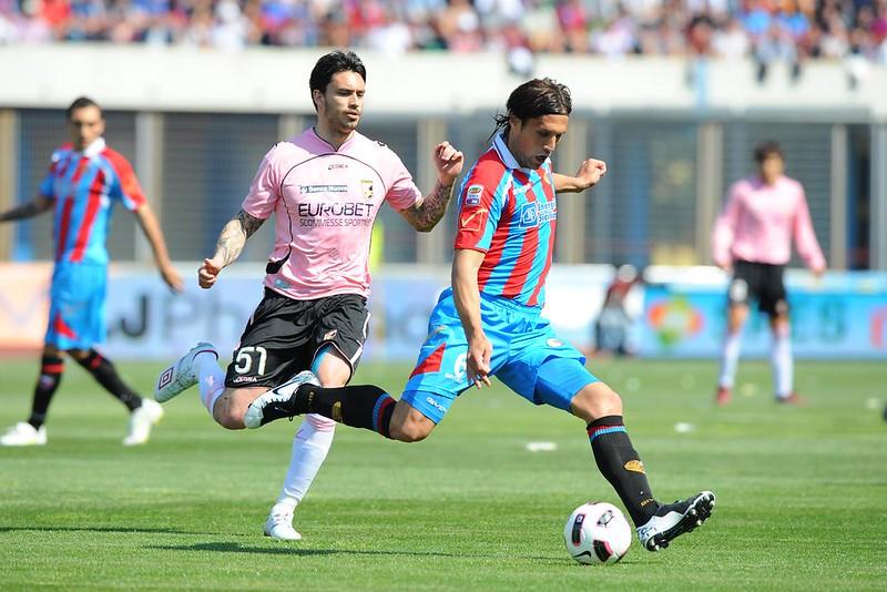 Matias Silvestre, in azione contro il Palermo, a segno nella prima gara del 2011 contro la Roma...