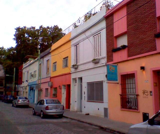 Fachadas de casas a colores en pasaje del barrio de for Fachadas de casas de barrio