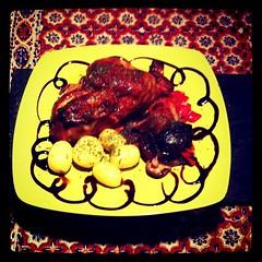 Pollito asado con setas, pimientos y patatitas