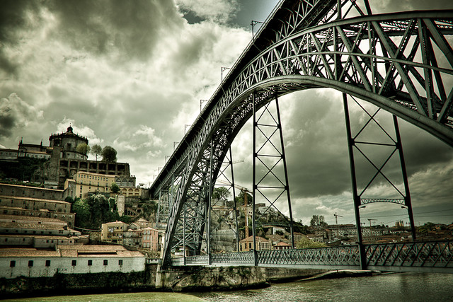 A ponte é uma passagem para a outra margem ...   The bridge is a gateway to the other  side ...