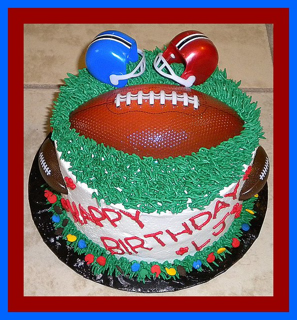 Football Themed Cakes http://www.flickr.com/photos/tinkabellz/5528127104/
