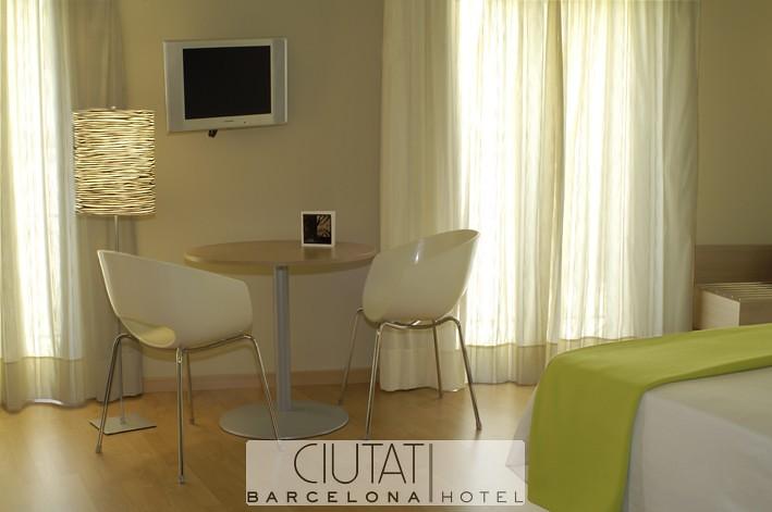 Mesita Habitación - Hotel Ciutat Barcelona