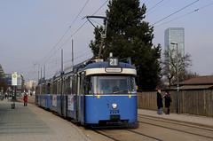 P-Wagen 2028 wartet am Westfriedhof auf Fahrgäste