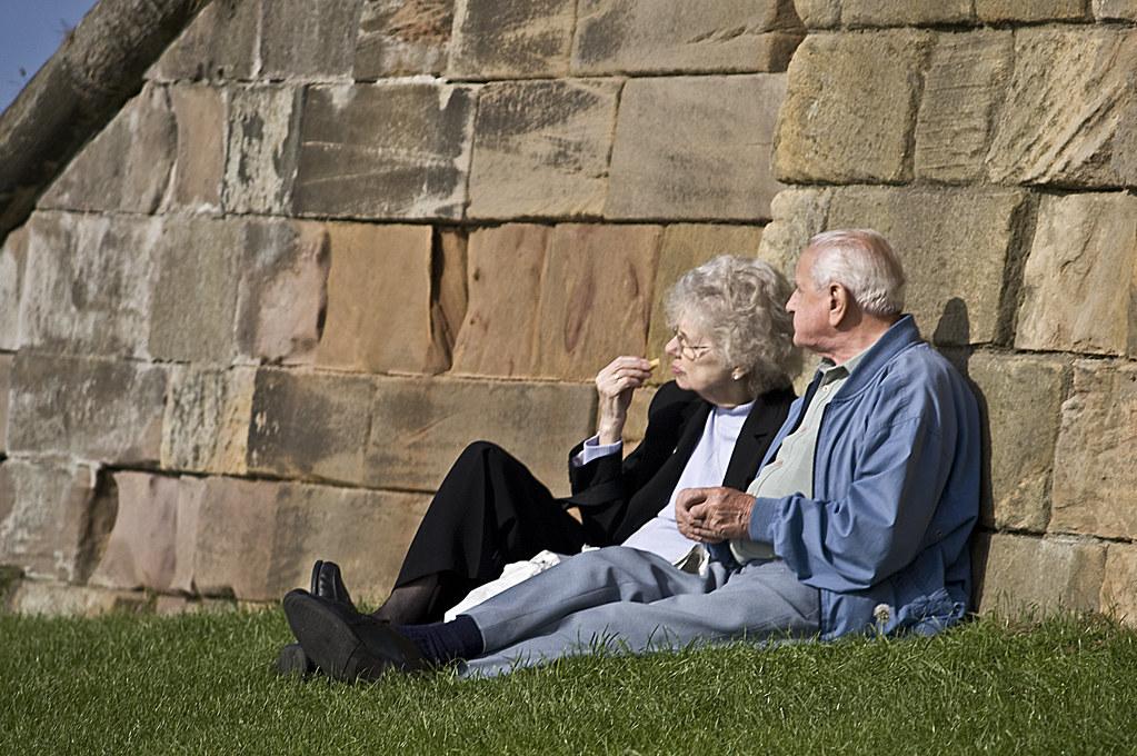 Una pareja de ancianos relajando