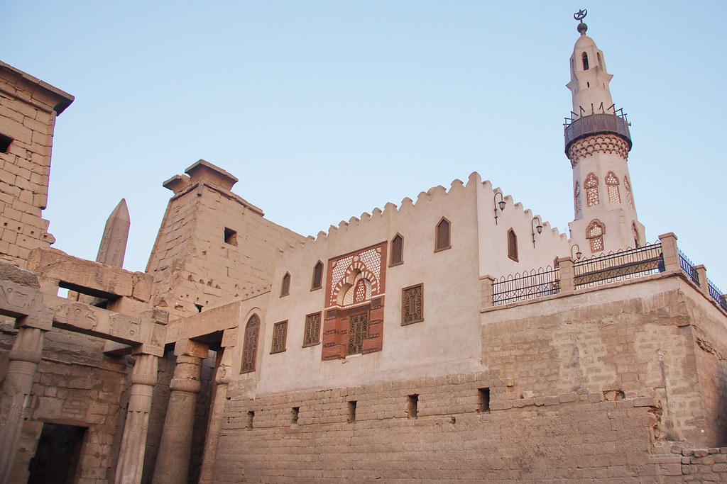 Mosquée Abu 'l-Haggag (1077) au milieu dans le temple de Luxor