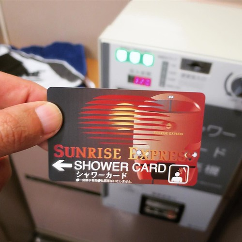 車内の自動販売機でシャワーカードを購入。320円です。
