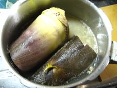 圧力鍋にたけのこ、米ぬか、鷹の爪、たけのこが1/2くらいかぶる水を入れます