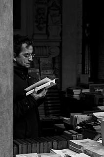 La lecture, charmant oubli de vous-mêmes et de la vie. photo de rue homme qui lit