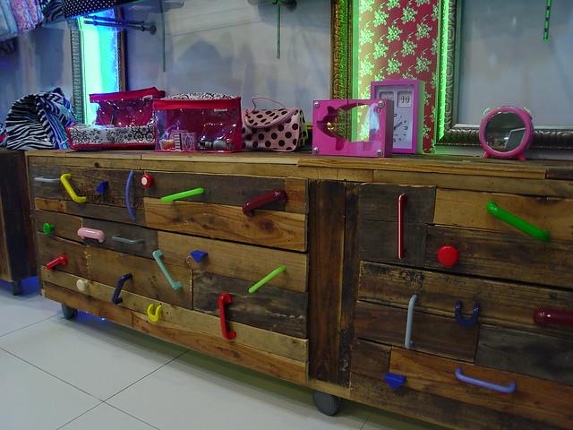 Fabricacion de Muebles. Mobiliario para Tiendas y Locales Comerciales  Flick...