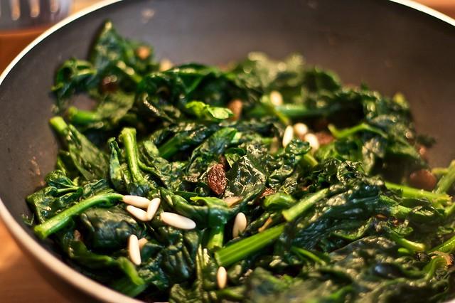 Spinaci, uvette e pinoli