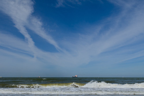 Kijkduin - blue sky - waves and a ship