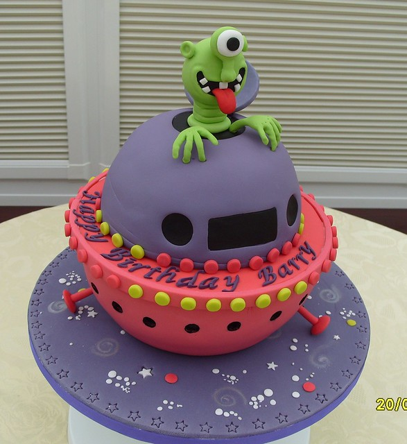 Alien Spaceship Cake http://www.flickr.com/photos/junikraft/5882166375/