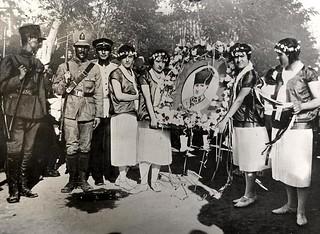 Meisjes bevrijd uit harem / Celebrating the liberation from a harem