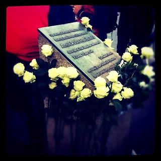 Annick van Hardeveld アムステルダム 近く の画像. monument square squareformat 4mei whiteroses weiserose annickvanhardeveld hekelveld iphoneography instagramapp xproii uploaded:by=instagram foursquare:venue=21666092