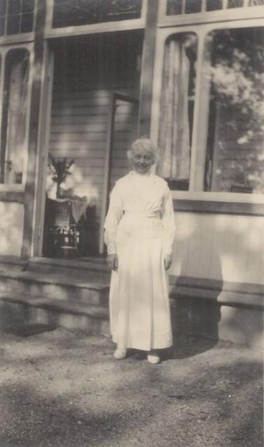 Nina Grieg in front of Troldhaugen