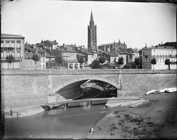 Vue générale du quai de Tounis, avec le pont de la Garonnette, et l'église de La Dalbade au fond