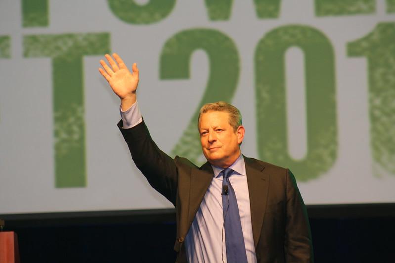 2011年4月15日高爾於克羅拉多州杜藍戈市(Durango)的路易斯堡學院環境中心的移交大會上揮手向觀眾示意。圖片來自:路易斯堡學院。