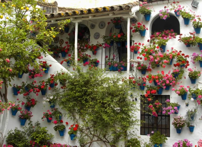 Jardineros en acci n patio andaluz for Casa de azulejos cordoba