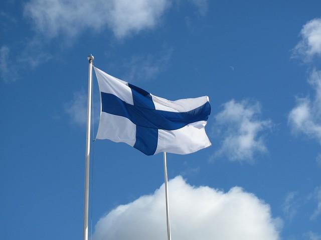 bandera de Finlandia ondeando al viento