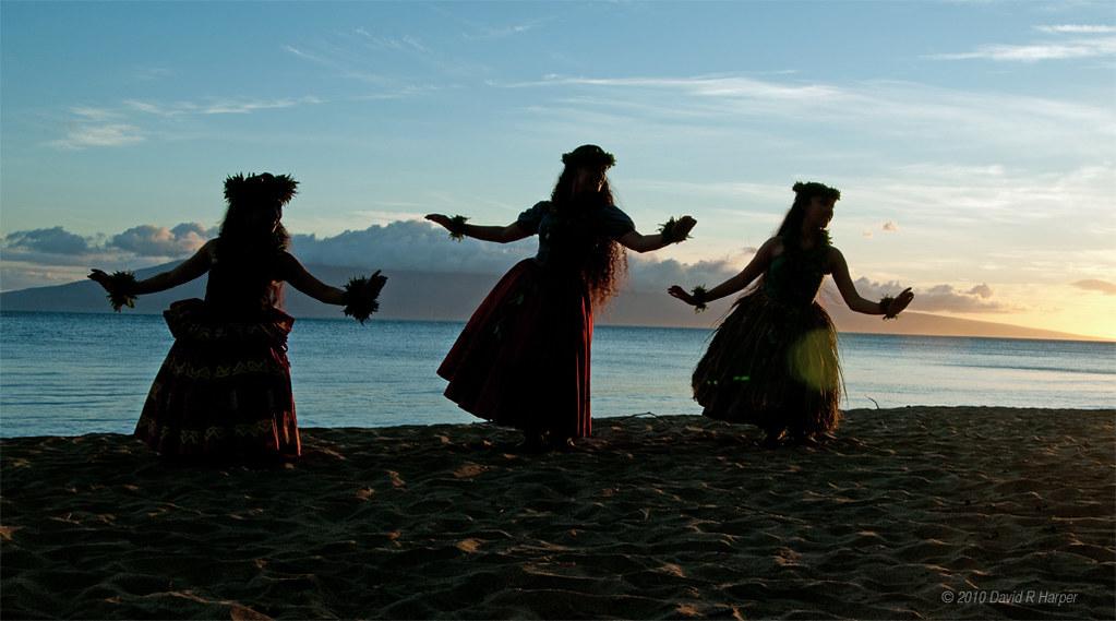 Три девушки, танцующие на пляже