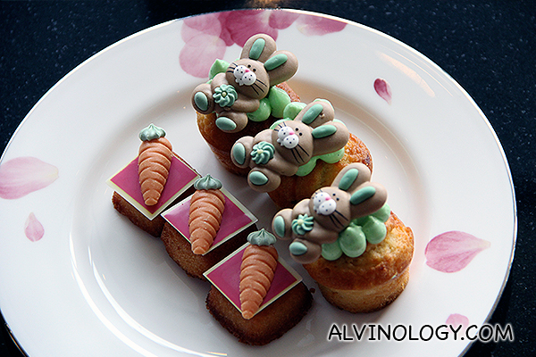 Cakes decorated with bunnies and carrots