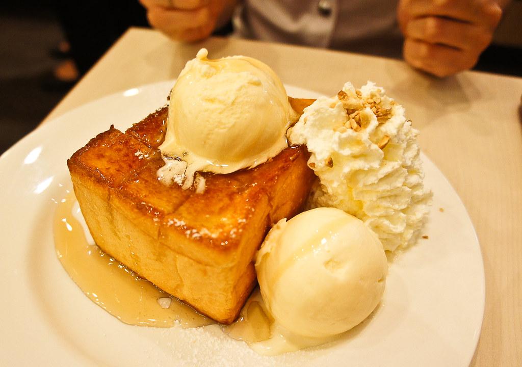 Toasted bread with vanilla ice cream and honey