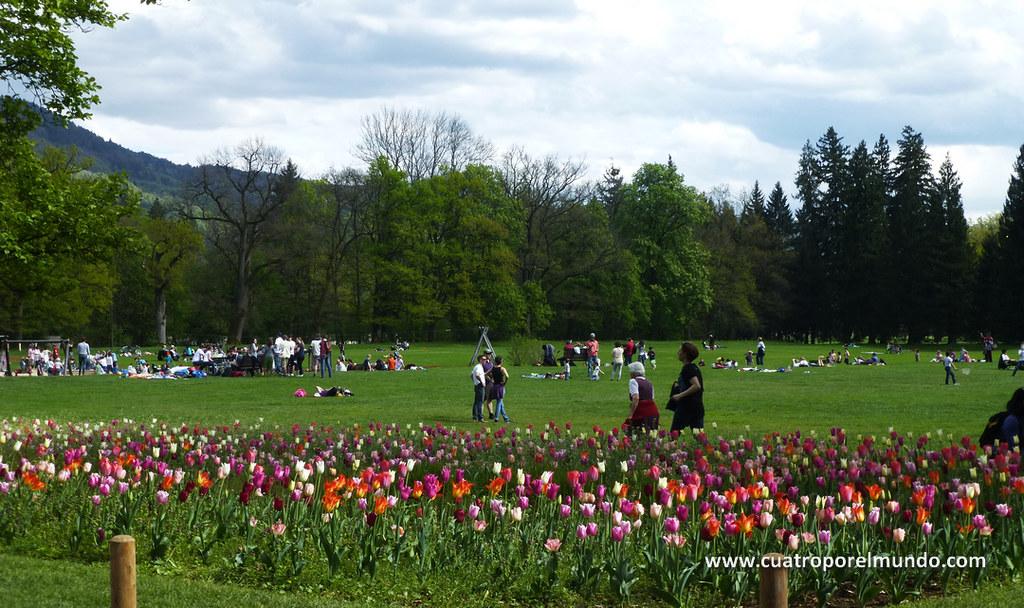Explanadas de hierba frente al palacio de Hellbrunn