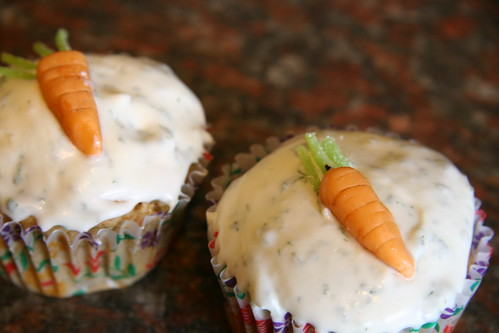 carrot cupcakes con catnip cream cheese frosting