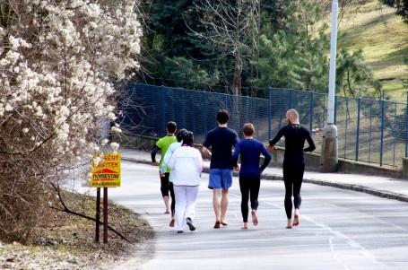 Běhejte svobodně. Minimalismus a běh naboso