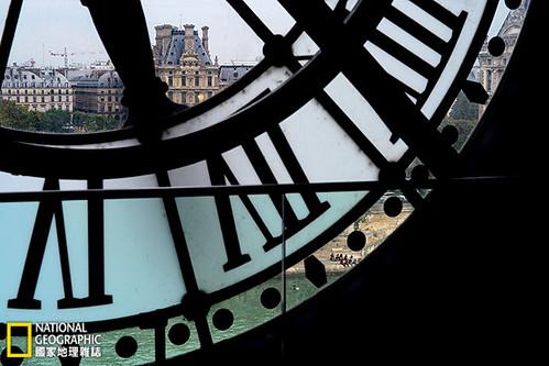 「在巴黎,你可以感覺到所有逝去的時光,」美國作家詹姆斯‧鮑德溫曾經寫道。奧賽美術館的大鐘框住了對岸羅浮宮的曼薩式屋頂,也標記著那留不住的光陰。攝影:William Albert Allard;圖片提供:《國家地理》雜誌中文版2014年5月號