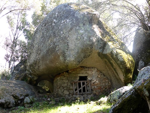 Le hameau d'orii en contrebas Est du castellu : l'entrée d'un des orii
