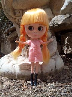 Laia con su vestido coral