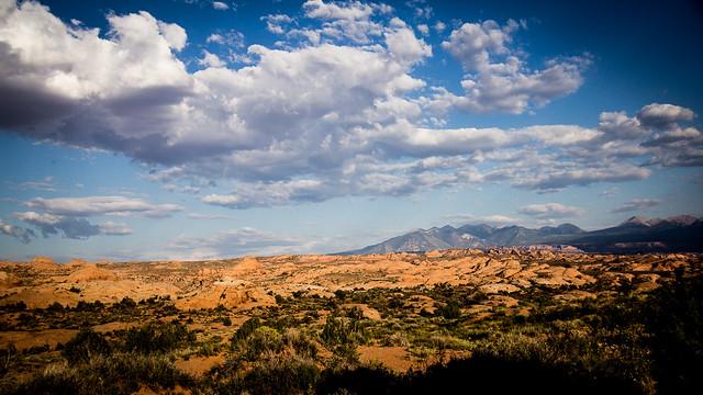 Temps désertique à nuageux en fin d'après-midi