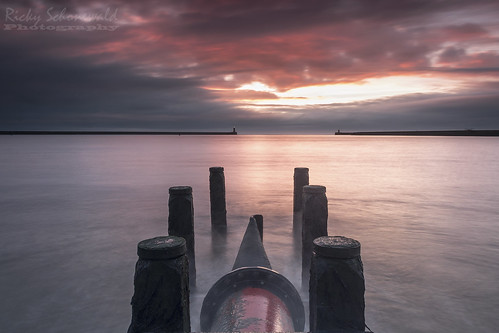 wood uk longexposure lighthouse seascape sunrise pier nikon northsea posts northeast southshields tynemouth ndfilters wastepipe gradfilter nikond3100 rickyschonewald