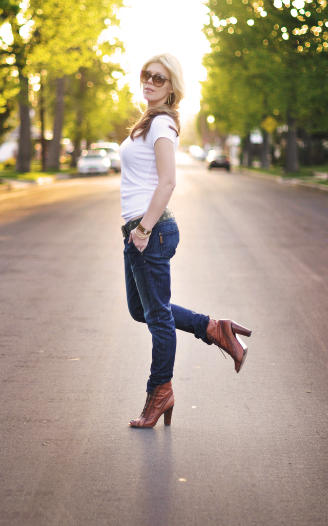 feeling urban jeans and a t-lace up boots