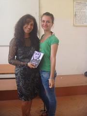 regalando a Mira mi poemario Esperanza traducido al bulgaro