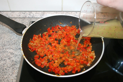 29 - Mit Hühnerbrühe ablöschen / Deglaze with chicken stock