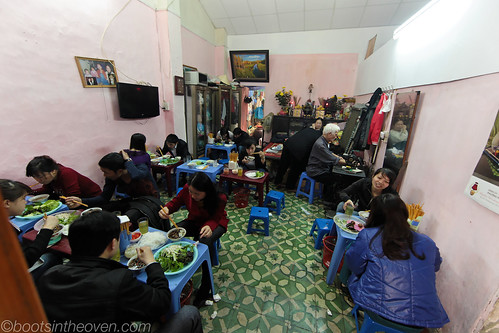 Bún chả 34 interior (with raised bed mat for the matriarch and patriarch in back)