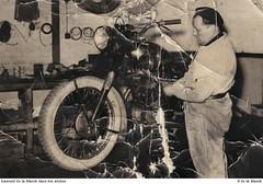 Laurent de la Marck dans son atelier, en train de travailler sur une moto