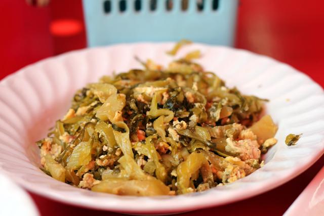 pad pak gatdong sai kai (ผัดผักกาดดองใส่ไข่)