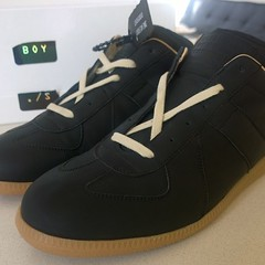 leather(0.0), athletic shoe(0.0), outdoor shoe(1.0), textile(1.0), brown(1.0), sneakers(1.0), footwear(1.0), shoe(1.0), skate shoe(1.0),