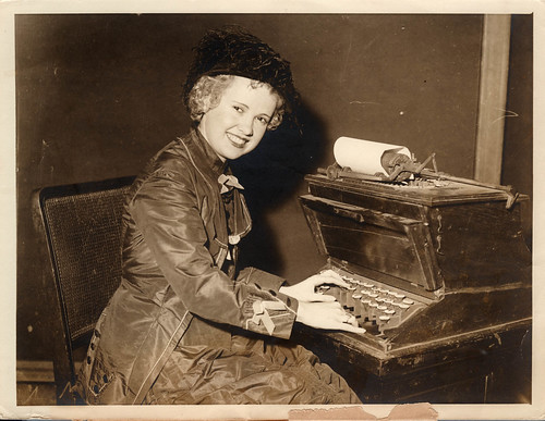 1933 iii 25 anon for Int'l News New York - Lady typist at 1st typewriter at YWCA