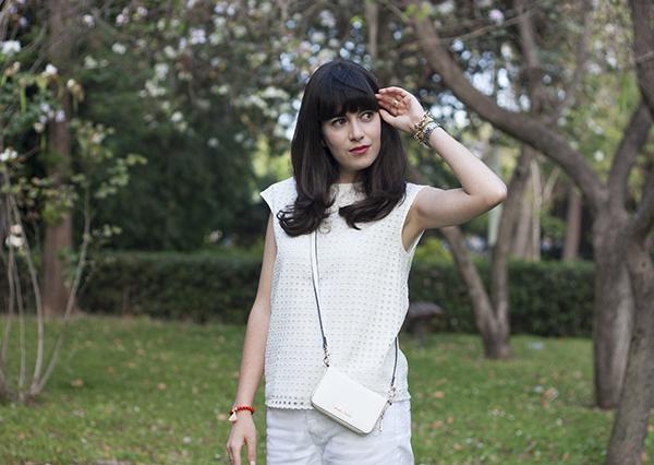 perforated blouse, fashion blog, ג'ינס לבן, חולצה לבנה, תיק לבן, אפונה בלוג אופנה